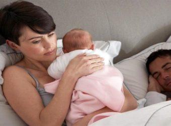 «Ο άντρας μου έχει άδεια πατρότητας κι αντί να με βοηθάει, κοιμάται συνεχώς»