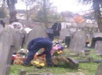 50χρονη έβαλε κρυφή κάμερα στον τάφο του άντρα της – Πάγωσε με αυτό που είδε (photo)
