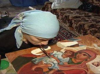 Γυναίκα χωρίς χέρια ζωγραφίζει αγιογραφίες με το στόμα και εντυπωσιάζει με τις δημιουργίες της
