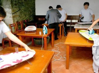 Σχολείο μαθαίνει στα αγόρια να κάνουν δουλειές του σπιτιού